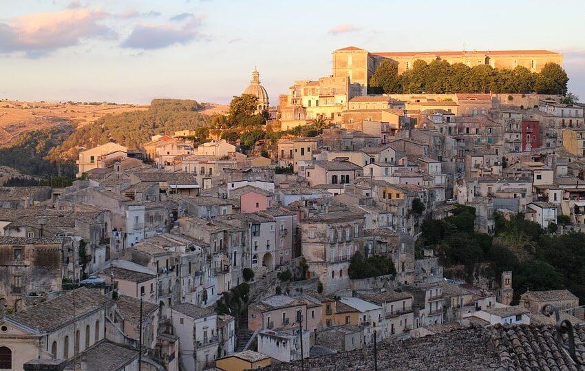 Ragusa: storia e leggenda del Castello di Donnafugata.